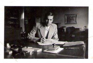 Janek Kozielewski-Karski w swoim gabinecie w mieszkaniu u Mariana. W-wa 1935 r. copy